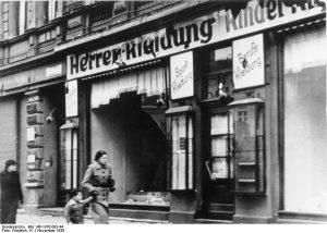 Zerstörtes jüdisches Geschäft in Magdeburg, November 1938 Von Bundesarchiv, Bild 146-1970-083-44 / Friedrich, H. / CC-BY-SA 3.0, CC BY-SA 3.0 de