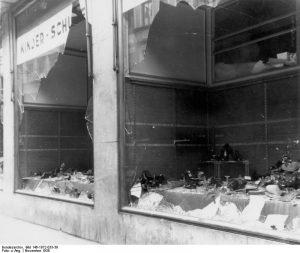 Magdeburg, zerstörtes jüdisches Geschäft By Bundesarchiv, Bild 146-1972-033-39 / CC-BY-SA 3.0, CC BY-SA 3.0 de