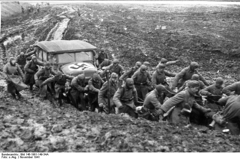 Sowjetunion.- Infanterie-Soldaten ziehen Auto aus dem Schlamm, Depicted place Russia, Date November 1941, Photographer Unknown, Bundesarchiv, Bild 146-1981-149-34A / CC-BY-SA 3.0