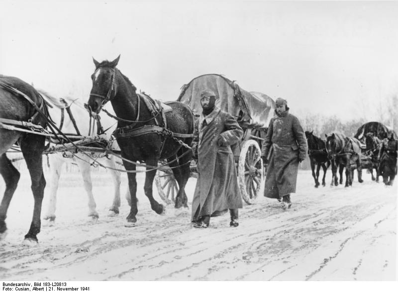 Vormarsch unserer Truppen durch die Winterlandschaft vor Moskau. Die Wege sind gefroren und trotz der Kälte geht es leicht vorwärts. (Kriegsberichter Cusian, 21.11.41), Bundesarchiv, Bild 183-L20813 / Cusian, Albert / CC-BY-SA 3.0