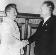 Sowjetunion, August 1939 Im Moskauer Kreml wird am 23.8.1939 ein Nichtangriffsvertrag zwischen dem deutschen Reich und der UdSSR unterzeichnet. Nach der Unterzeichnung im Gespräch J.W. Stalin und der deutsche Reichsaußenminister Joachim von Ribbentrop (r.), Bundesarchiv, Bild 183-H27337, CC-BY-SA 3.0