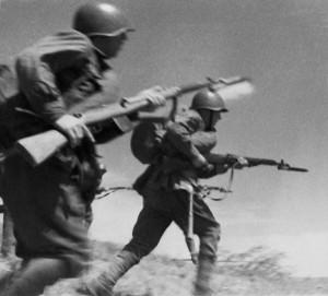 """""""Rotarmisten greifen an"""". Der große vaterländische Krieg, Foto von 1941, Source RIA Novosti archive, image #613474 / Alpert / CC-BY-SA 3.0, Author Alpert / Макс Альперт Commons:RIA Novosti"""