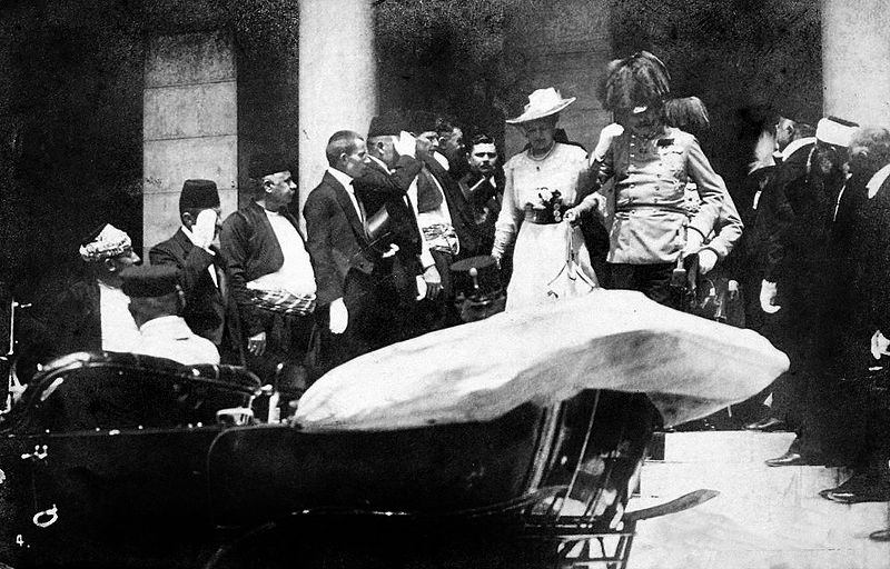 Franz Ferdinand and his wife Sophie leave the Sarajevo Guildhall after reading a speech on June 28 1914. They were assassinated five minutes later. Quelle: Europeana 1914-1918, Autor: Karl Tröstl?
