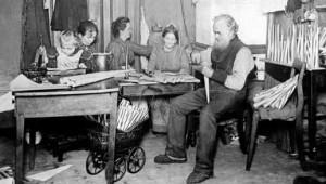 """""""Familie um 1900"""" von Original uploader was St.Krekeler at de. Lizenziert unter Gemeinfrei über Wikimedia Commons"""