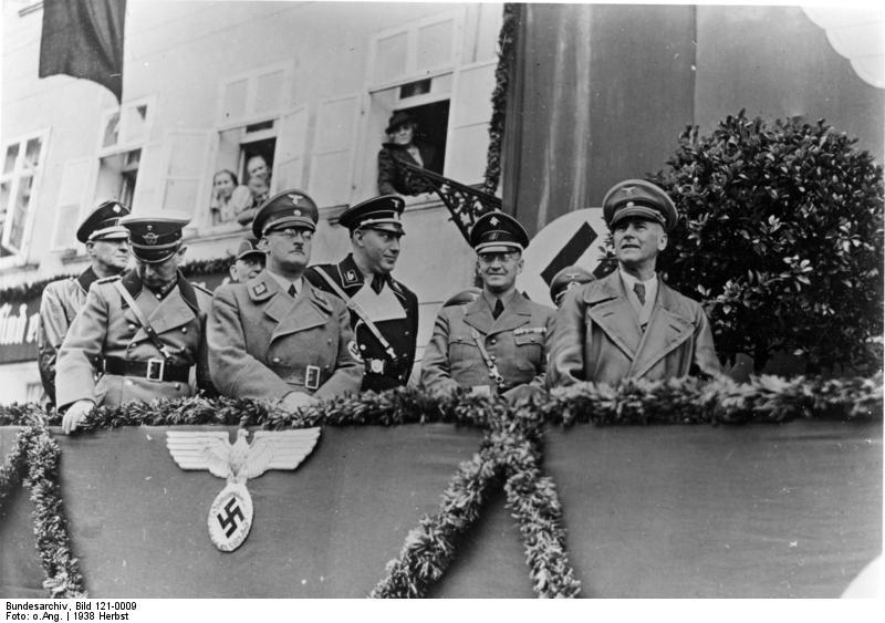 Staatsbesuch des Reichs- und Preußischen Ministers des Innern Dr. Frick in Süddeutschland (ohne Ortsangaben), 23 September 1938, unbekannter Fotograf. Abgebildet: ? , v. Bomhard, Krebs, Dr. Stuckart, Henlein (2.v.r.), Frick ( 1.v.r.); Frick, Wilhelm Dr.: NSDAP, MdR, Reichsinnenminister, 1946 hingerichtet, Henlein, Konrad: Reichskommissar, Gauleiter im Sudetenland, Bomhard, Adolf von: Generalleutnant, Chef der Ordnungspolizei, Bürgermeister Prien am Chiemsee; Bundesarchiv, Bild 121-0009 / CC-BY-SA 3.0