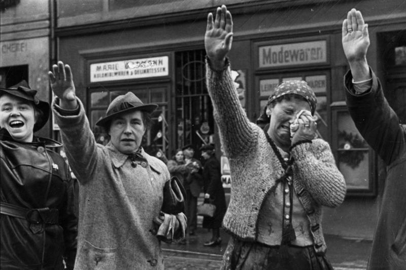 Besetzung der Tschechoslowakei durch die deutschen Truppen, Oktober 1938, UBz: Einwohner von Eger beim Einrücken deutscher faschistischen Verbände. Herausgabedatum: 5. Oktober 1938, Scherl / Weltbild, Bundesarchiv, Bild 183-H13160 / CC BY-SA 3.0