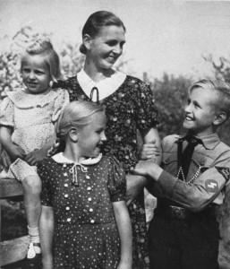 Mutter mit Kindern, SS-Leitheft 9/2 Februar 1943, unbekannter Fotograf, Bundesarchiv