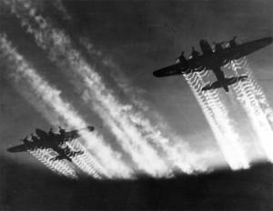Zwei B17 fliegende Festungen am Nachthimmel während des 2. Weltkrieges
