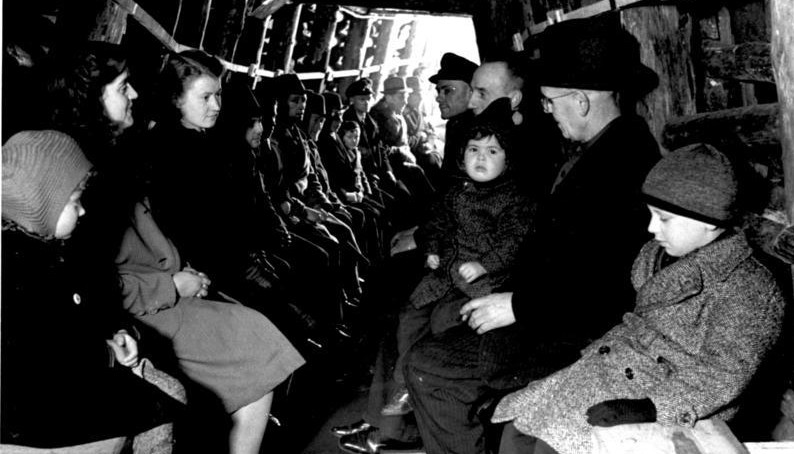 Ruhrgebiet, Luftschutzstollen während Fliegeralarm, Zentralbild II. Weltkrieg 1939 - 45 Luftschutzstollen im Ruhrgebiet, um 1943. Während eines Fliegeralarms, Ruhrgebiet, 1943, Photographer Unknown