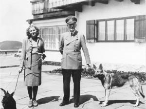 """Adolf Hitler und Eva Braun auf dem Berghof"""" by Bundesarchiv, B 145 Bild-F051673-0059 / CC-BY-SA 3.0"""