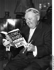 """Herr Dr. Wehrenkamp (Ukon Verlag) überreicht Dr. Ludwig Erhard sein Buch """"Wohlstand für Alle"""""""