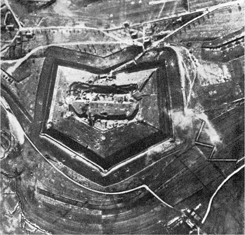 """Fort Doaumont 1916 before the battle (German aerial photograph) By """"Photographisches Bild- und Film-Amt"""" - German Government, Department of photos and film, Public Domain"""