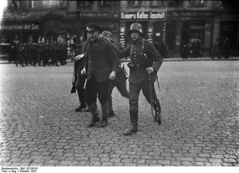 Verhaftung eines Mitglieds der Proletarischen Hundertschaften durch Reichswehr-Truppen.Bundesarchiv, Bild 102-00191 / CC-BY-SA 3.0