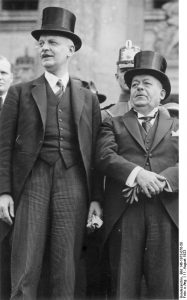 Wilhelm Cuno (links) mit Reichspräsident Ebert bei der Verfassungsfeier vor dem Reichstag (1923). Von Bundesarchiv, Bild 146-1973-076-58 / CC-BY-SA 3.0