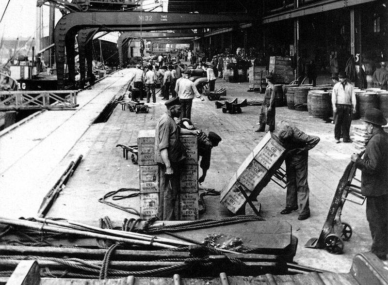 Hafenarbeiter an einer Anlegestelle im Hamburger Hafen im Jahr 1900. Von Johann Hamann (1859-1935), Gemeinfrei