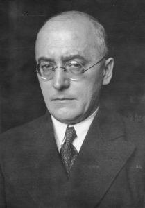 ADN-ZB/Archiv Heinrich Brüning Politiker des Zenrums und Staatsmann geb. 26.11.1885 in Münster gest. 30.3.1970 in Norwich (Vt.) Brüning war 1921/30 Geschäftsführer des Deutschen Gewerkschaftsbundes, 1924/33 Mitglied des Reichstages. Als Führer der Zenrumsfraktion wurde er 1930 Reichskanler, regierte diktatorisch mit Notverordnungen. Brüning mußte 1932 zurücktreten. 1933 emigrierte er in die USA und war 1934/52 Professor in Oxford, Boston und Cambridge, dann 1952/55 an der Universität Köln. Bis zu seinem Tod lebte er wieder in den USA.