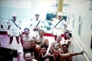 Täuflinge vor der Äquatortaufe auf dem Frachtschiff Braunschweig