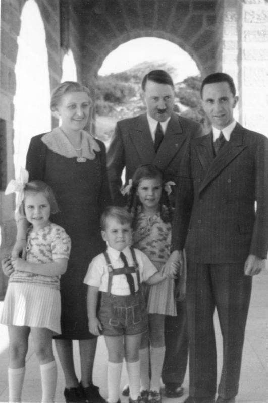Der Führer wieder auf dem Obersalzberg Bei einem Besuch auf dem Kehlstein mit seinen Gästen, Reichsminister Dr. Goebbels und Frau mit ihren Kindern Helga, Hilde und Helmut.