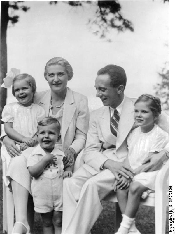 Bundesarchiv Magda und Joseph Goebbels mit ihren Kindern Hildegard, Helmut, Helga (v. l. n. r.), 1937 Von Bundesarchiv, Bild 183-1987-0724-503 / CC-BY-SA 3.0, CC BY-SA 3.0 de
